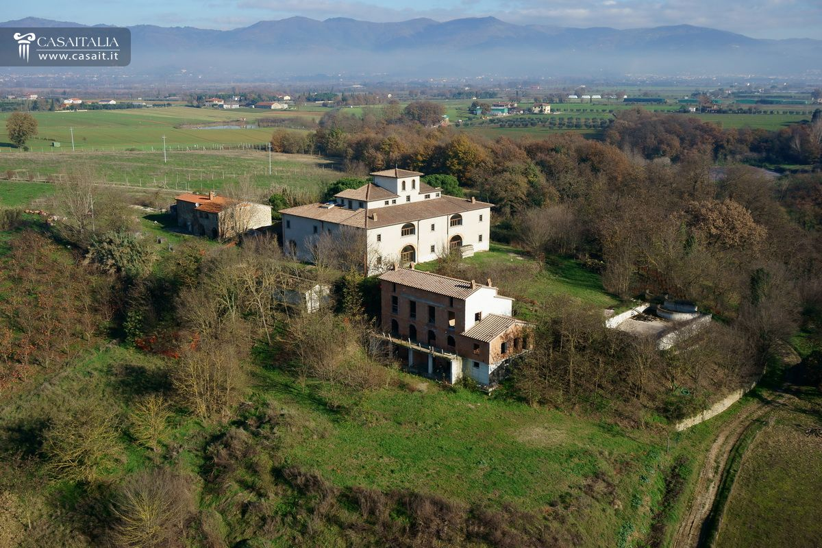 Cortona - Country house with apartments for sale