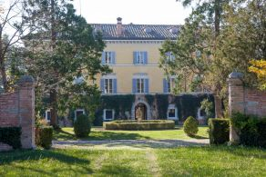 Elegant historic villa for sale in Italy