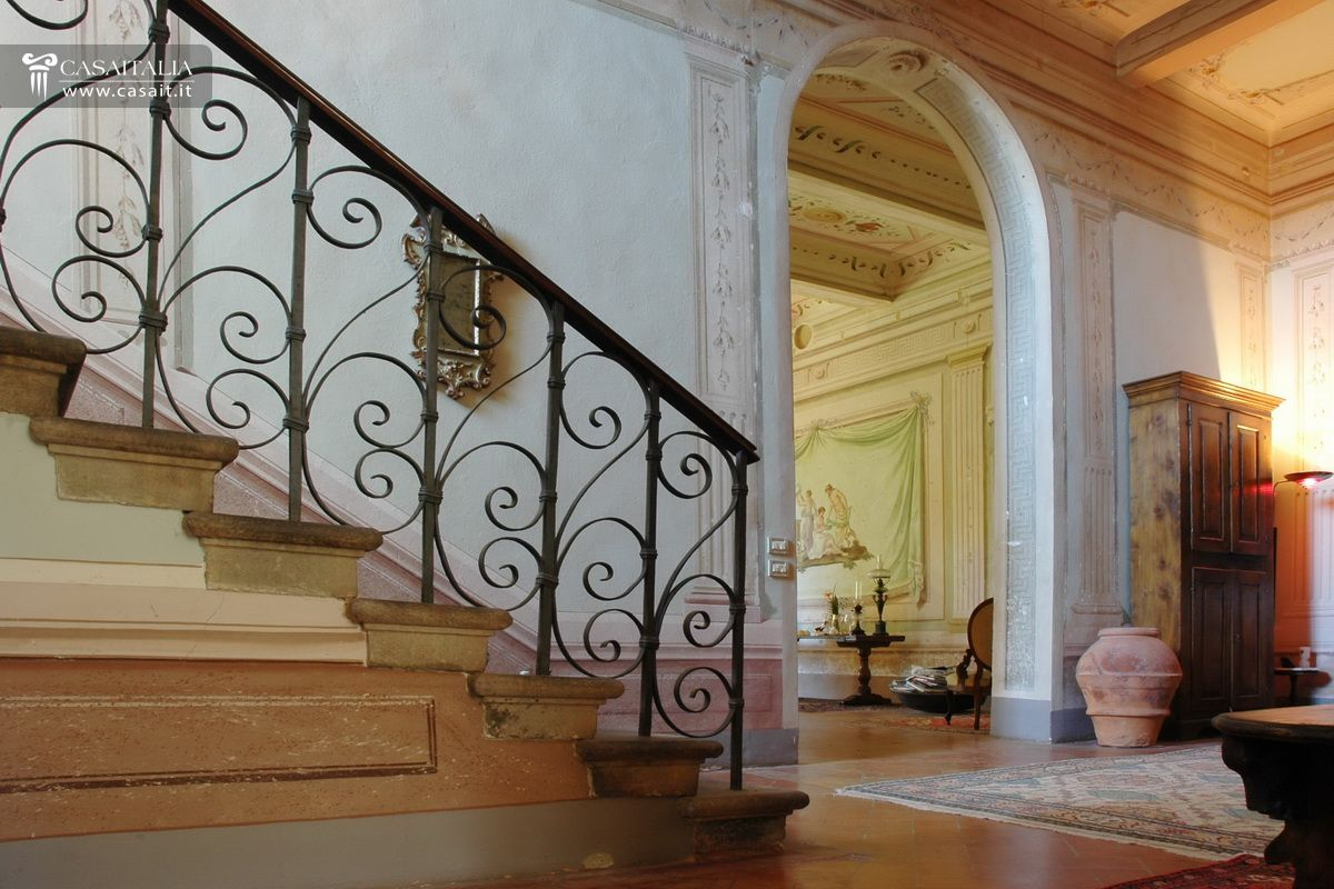 Tuscany - Frescoed villa for sale