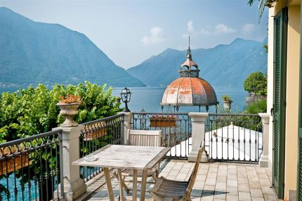 Hotel with terrace on the Lake Como