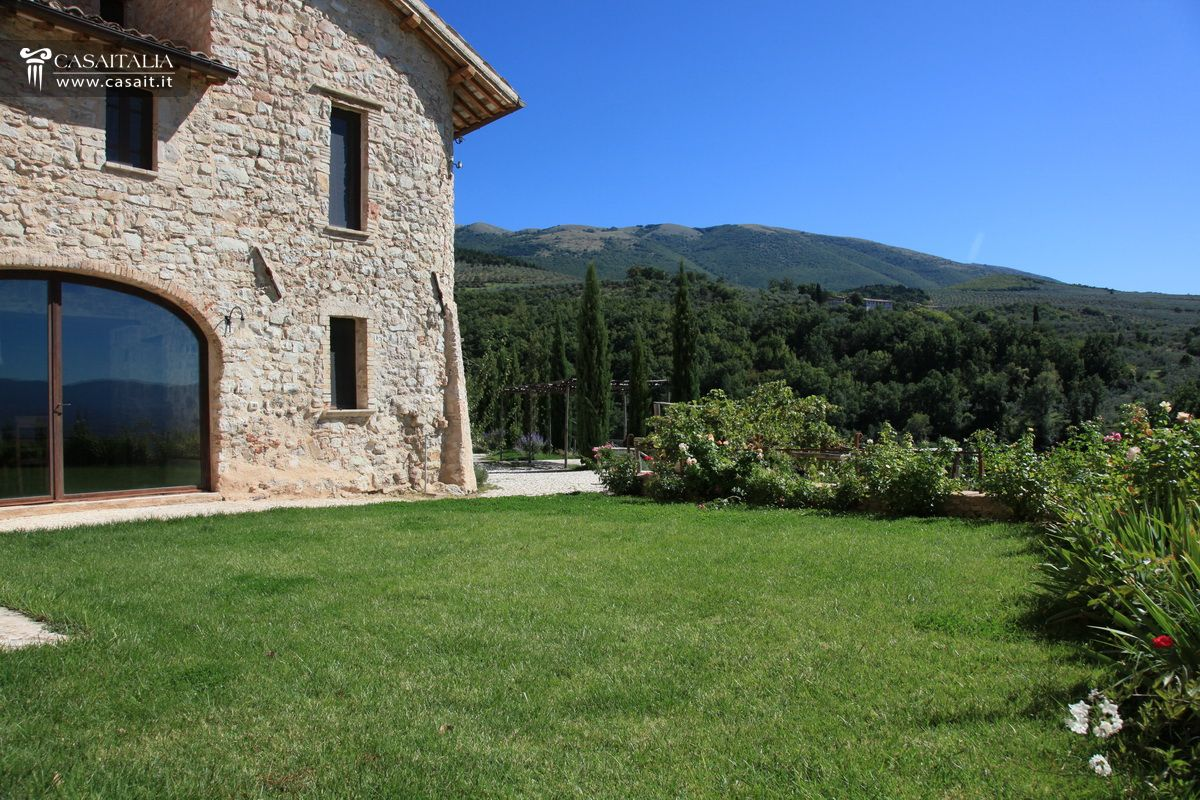 Farmhouse with swimming pool for sale in Trevi - Umbria