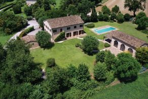 Luxury farmhouse with swimming pool for sale in Le Marche