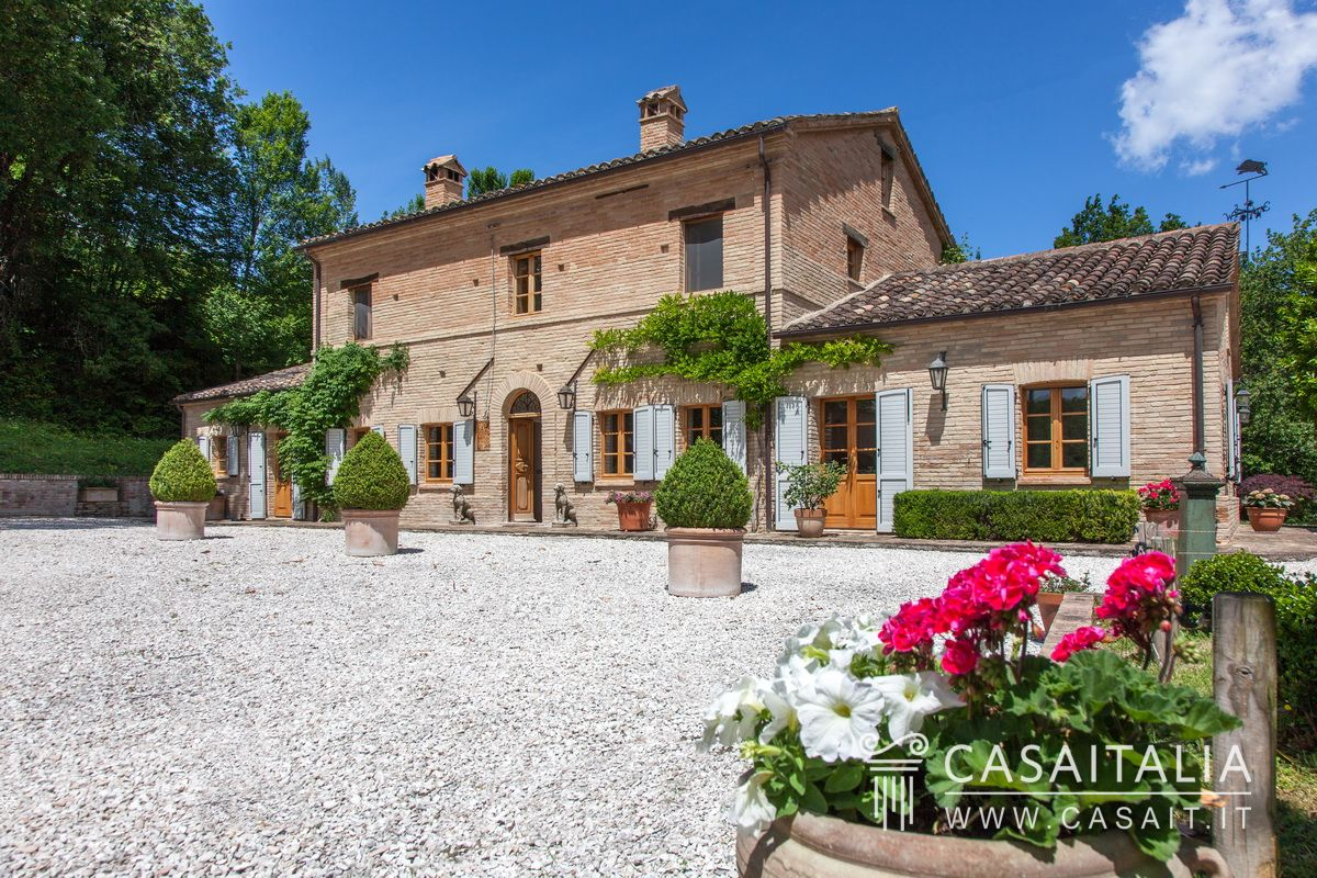 Farmhouse with garden for sale in Le Marche