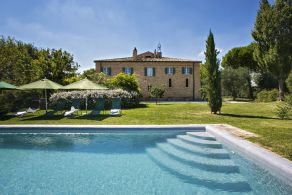 Farmhouse with swimming pool for sale in the Marche