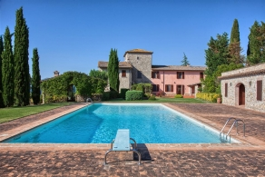 Selling farmhouse built with vineyard in Todi