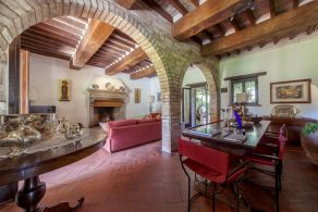 Villa with tower for sale between Perugia and the Lake Trasimeno