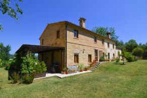 Country villa with swimming pool for sale in Macerata, Marche
