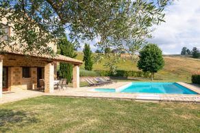 Country villa with swimming pool for sale in Le Marche