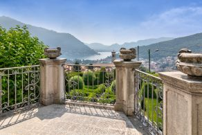 Luxury villa for sale with Lake Como view