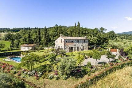 Farmhouse with outbuilding and swimming pool for sale in San Casciano dei Bagni, Tuscany