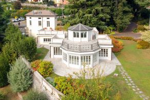 Luxury villa with garden for sale in Como