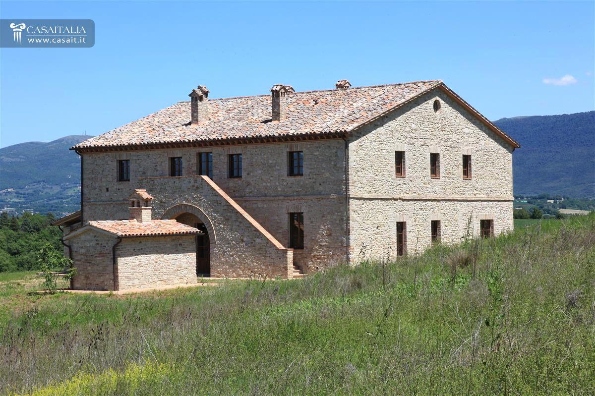 Panoramic farmhouse for sale in umbria for Casali ristrutturati interni